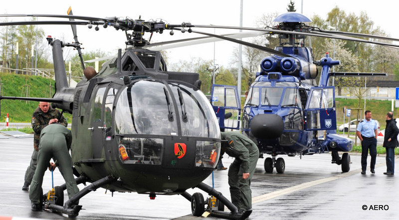 Freigelände: Bundeswehr Panzerabwehr- und Verbindungshubschrauber Bo105 und Super Puma Zweiturbinen Helicopter der Bundespolizei im Hintergrund.