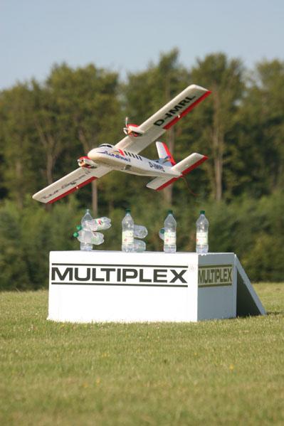 twin-star-ii-beim-kegeln-mit-flugmodellen