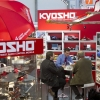 Fachbesucher informieren sich am Stand von Kyosho. / Trade fair visitors catch up on novelties at the Kyosho stand.