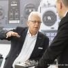 Ein Mitarbeiter von robbe Modellsport GmbH & Co. KG im Kundengespraech (An employee of Robbe Modellsport GmbH & Co. KG in conversation with a customer.)