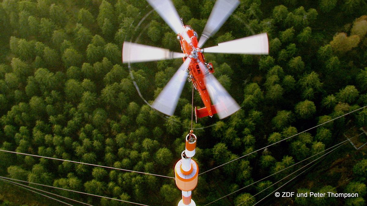 Im Harz bekommt die TV-Sendeantenne Torfhaus eine neue Spitze - per Helikopter. In schwindelnder Höhe werden die mehrere Meter langen Segmente Zentimeter genau aufeinander gesetzt. In der Nachbarschaft sorgen zwei weitere Sendemasten für UKW Radio und Richtfunk. Eine komplexe Infrastruktur, die unsere Städte versorgt, über die wir aber normalerweise selten nachdenken. Honorarfrei - nur für diese Sendung bei Nennung ZDF und Peter Thompson